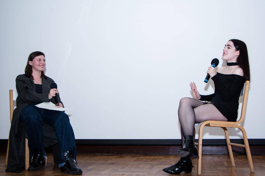 Эмма-Олвуд-Хоуп,-редактор-моды-британского-Dazed-на-позитиве